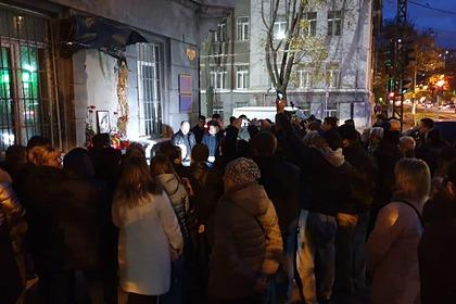 Жители Одессы собрались возле разрушенного радикалами барельефа Жукову, ноябрь 2019 года