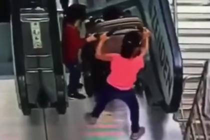 Падение детей с эскалатора в московском ТЦ попало на видео