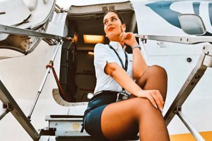 Стюардесса сфотографировалась в мини-юбке на трапе самолета и восхитила фанатов