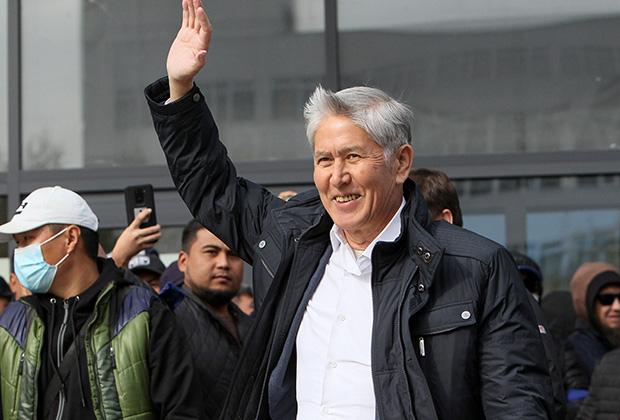 Экс-президент Алмазбек Атамбаев вышел на публику после освобождения из тюрьмы