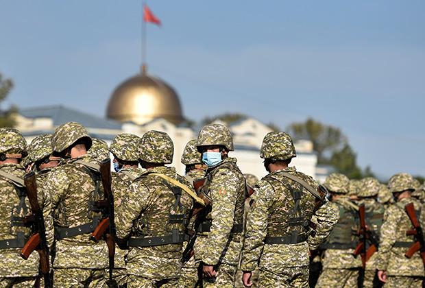 Военные на центральной площади Бишкека Ала-Тоо