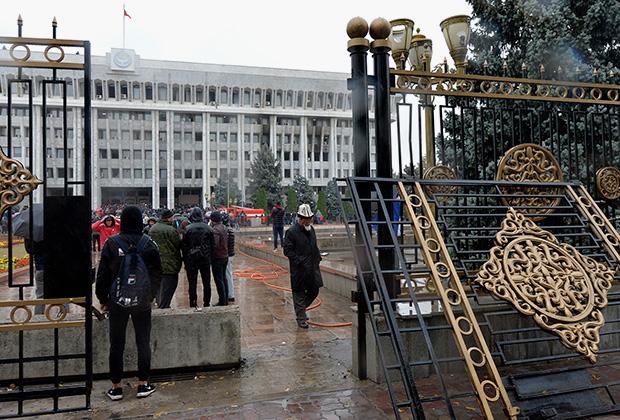 Выломанные ворота резиденции президента и парламента в Бишкеке, 6 октября
