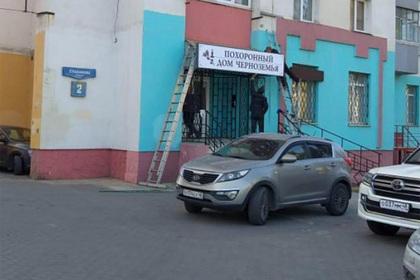 Жители российской многоэтажки возмутились «соседством с гробами»