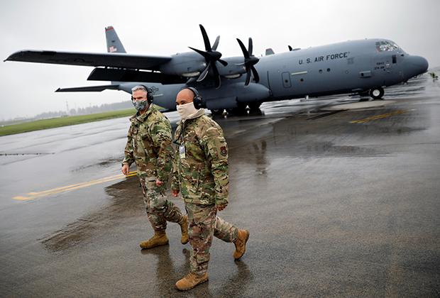 Американские военнослужащие на базе ВВС в Токио