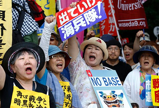 Протесты против базы американской морской пехоты напротив японского парламента в конце 2019 года