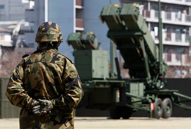 Солдат сил самообороны Японии рядом с Patriot Advanced Capability-3