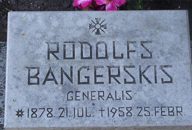 Надгробие на могиле группенфюрера СС Рудольфа Бангерскиса на Братском воинском кладбище Риги. Его прах с воинскими почестями перенесли туда из Германии в марте 1995 г.