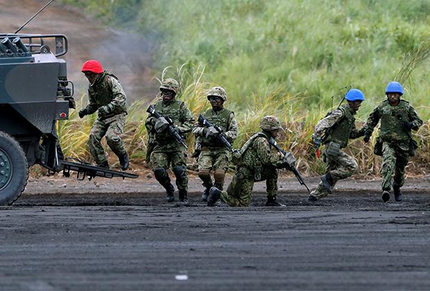 Ежегодные учения национальных сил самообороны Японии около вулкана Фудзияма