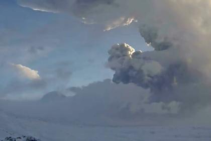 Извержение вулкана на Камчатке попало на видео