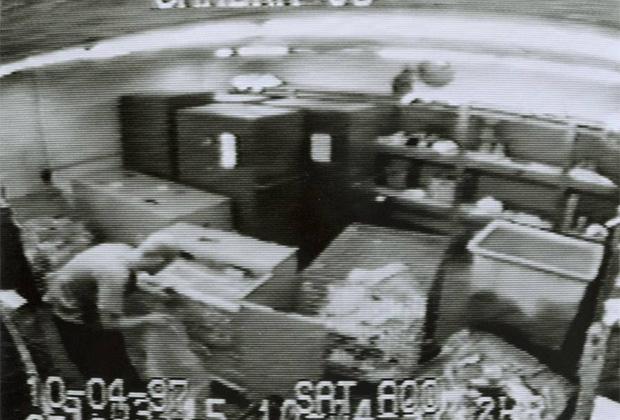 Кадр с камеры видеонаблюдения, где Дэвид Гант обчищает хранилище