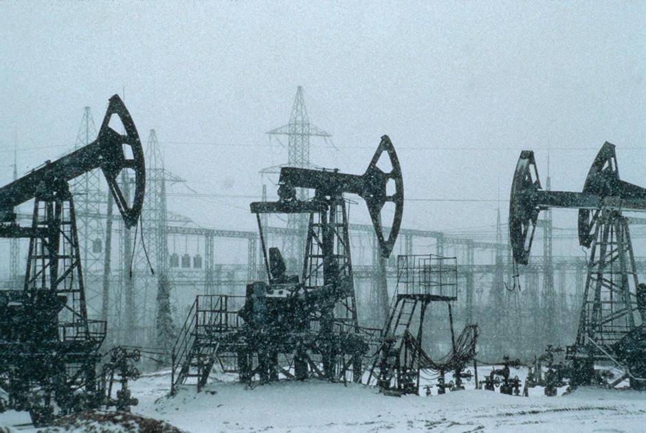 Нефтяные насосы компании «Сибнефть» на фоне ЛЭП неподалеку от Нижневартовска