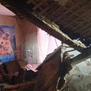 В российской квартире с малолетними детьми рухнул потолок