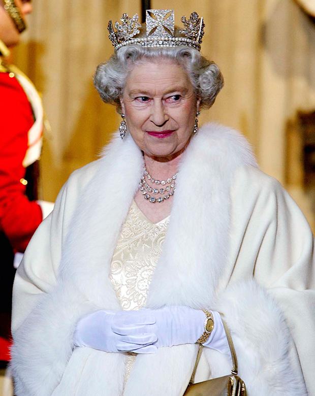 Королева Елизавета II в Вестминстерском дворце в бриллиантовой короне The State Diadem