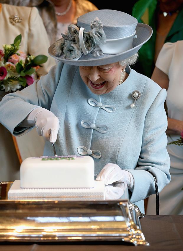 Елизавета II разрезает торт на праздновании 100-летия Национальной федерации института женщин в Королевском Альберт-Холле, 2015 год