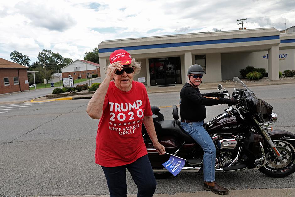 Дорис Миллер в одежде с лозунгом в поддержку Трампа