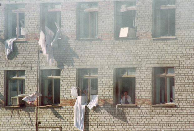Заложники в больнице города Буденновска вывешивают на окна белые простыни с просьбой прекратить стрельбу