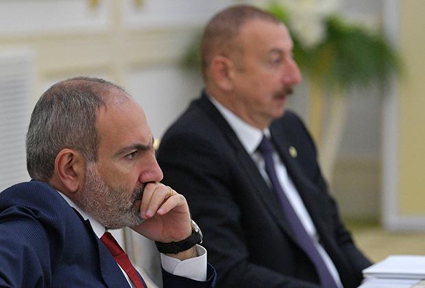 Премьер-министр Армении Никол Пашинян (на переднем плане) и президент Азербайджана Ильхам Алиев