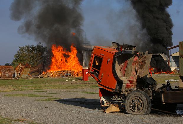 Пожар после обстрела в азербайджанском городе Тертер, октябрь 2020 года