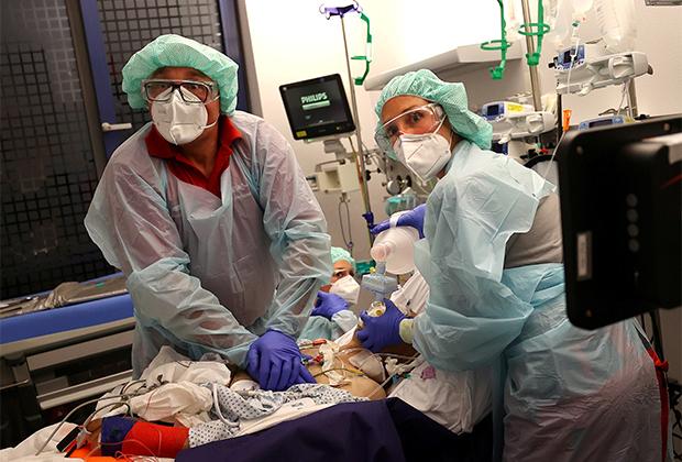 Врачи реанимируют пациента с коронавирусной инфекцией в Германии