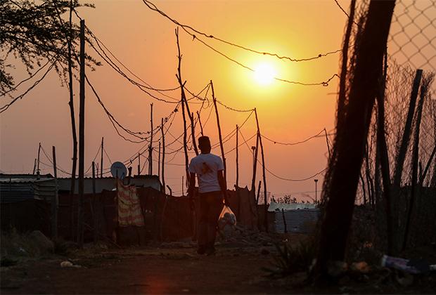 Мужчина в ЮАР после ослабления коронавирусных ограничений в сентябре 2020 года
