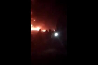 В Сирии загорелись десятки танкеров с нефтью в результате атаки нефтехранилища