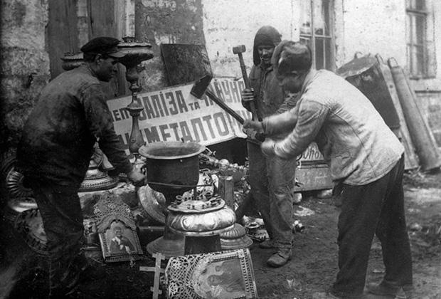 Рабочие Харьковского завода превращают церковную утварь в металлолом. 1922 год