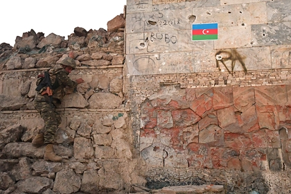 Азербайджанский военный возле родника Достлуг в городе Джебраил
