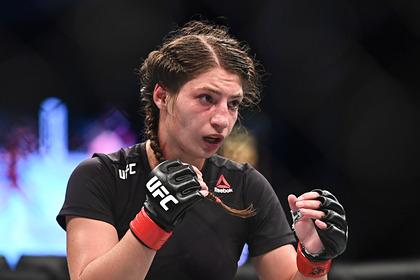 Российская девушка-боец UFC получила страшное рассечение носа и проиграла