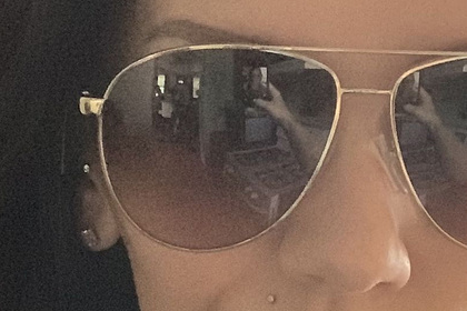 Женщина сделала селфи в очках и разглядела «призраков» в отражении