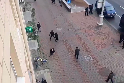 Белоруска убежала от трех омоновцев и попала на видео