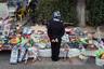 Мальчик выбирает игрушку на набережной в Махачкале. В республике к оружию, как и к единоборствам, особенное отношение.