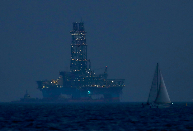 Морская буровая установка недалеко от кипрского города Лимассол