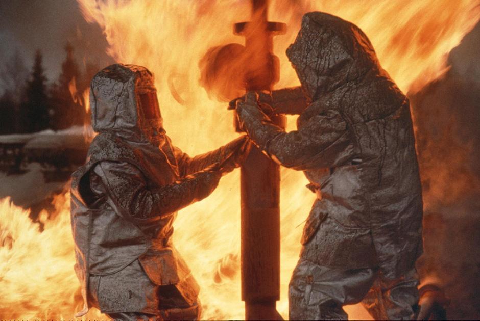Пожарные борются с огнем на одном из нефтепромыслов компании «Сибнефть» неподалеку от Нижневартовска