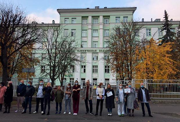 Акция солидарности возле 4-й городской клинической больницы в Минске