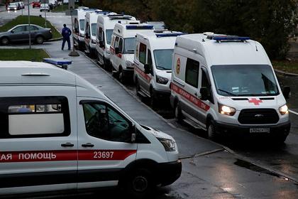 Скорая помощь привезла больных COVID-19 россиян к зданию Минздрава