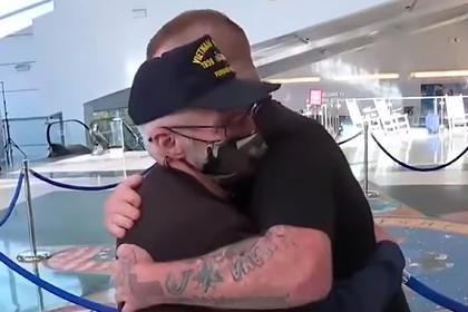 Трогательная встреча разлученных 48 лет назад отца и сына попала на видео