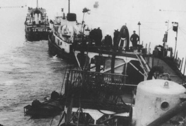 Вывод линкора «Новороссийск», поднятого на поверхность, с места гибели. 28 мая 1957 года