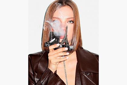 Алеся Кафельникова покурила в плаще на голое тело для новой фотосессии