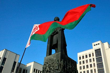 Белорус попытался поджечь флаг, не смог и был найден прокурором