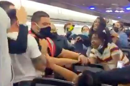 Массовая драка женщин и мужчин на борту самолета попала на видео