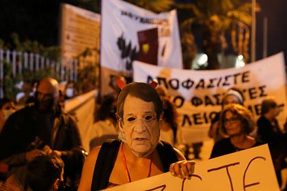 Протест против коронавирусных ограничений и 5G на Кипре перерос в беспорядки