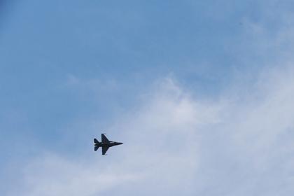 Истребитель F-16перехватил самолет над митингом Трампа