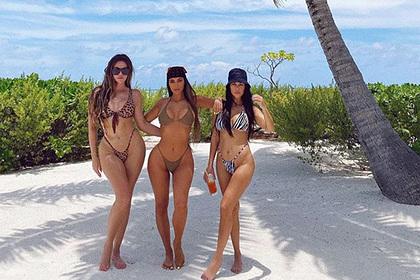 Сестры Кардашьян попозировали в бикини и прослыли «жирными»