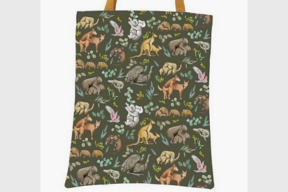 Пенсионерка нашла принт со спаривающимися животными на новой сумке и удивилась
