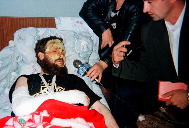 Журналисты общаются с Салманом Радуевым в больнице после покушения. Февраль 1997 года