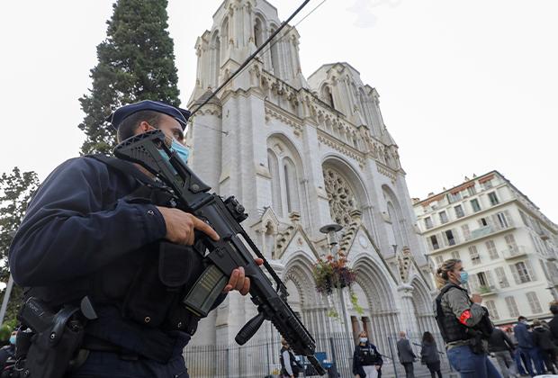 Французская полиция у церкви Ниццы, в которой произошел теракт