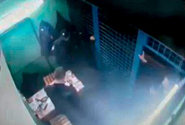 Сотрудники ОСБ пытаются задержать Алексея Смирнова