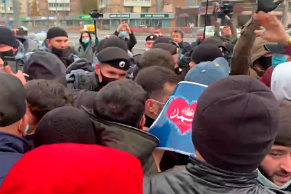 Противостояние мусульман и ОМОНа у посольства Франции в Москве попало на видео
