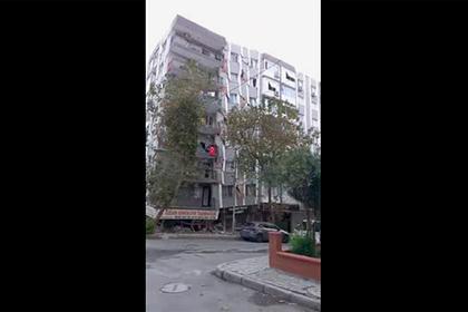 Момент обрушения многоэтажки в Турции попал на видео