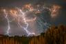 В 2011 году фотограф Франциско Негрони стал свидетелем бури во время извержения вулкана Пуйеуэ на юге Чили. Автор снимка вспоминает, как происходящее испугало тысячи людей, живших неподалеку. Сотни местных жителей спешно покидали свои дома. Пепел от извержения сыпался на многие километры от Пуйеуэ.